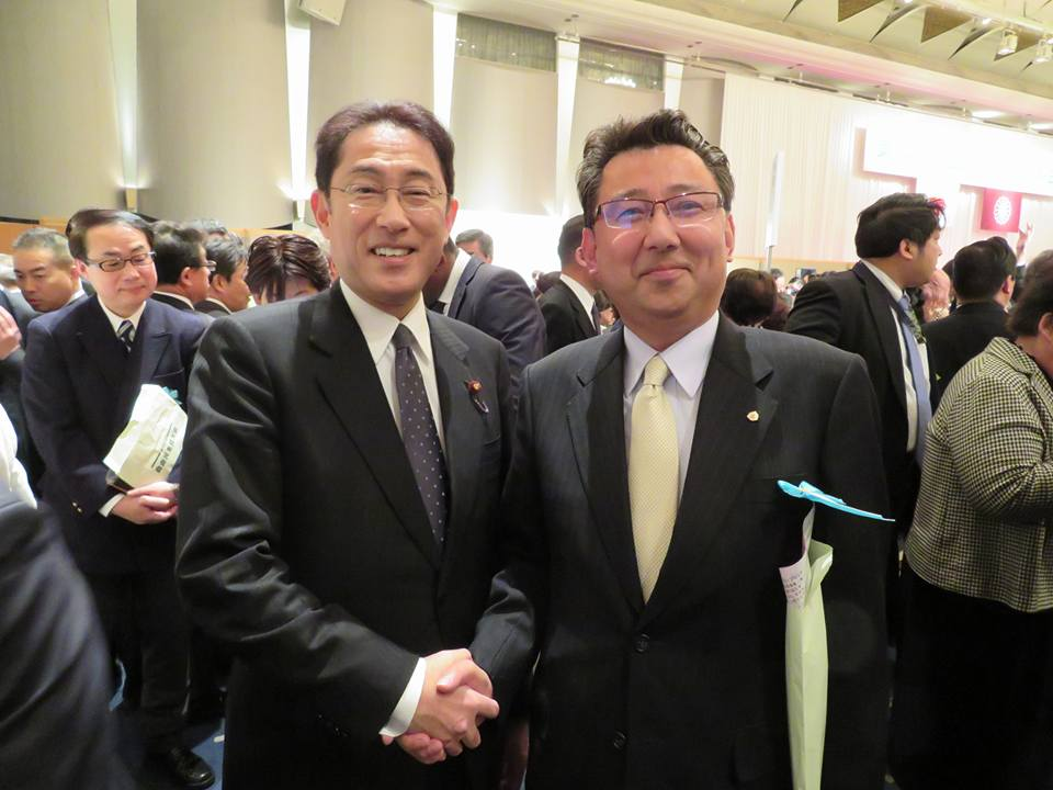 3月 岸田外務大臣と記念撮影